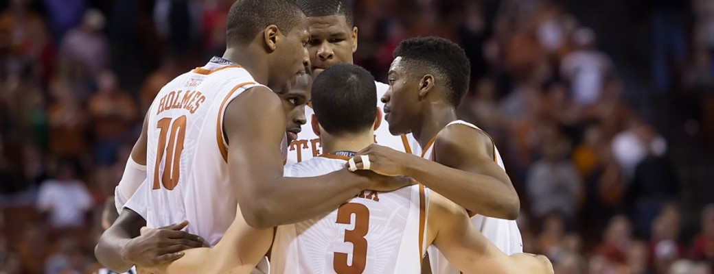 Texas team huddle. (Will Gallagher/IT)